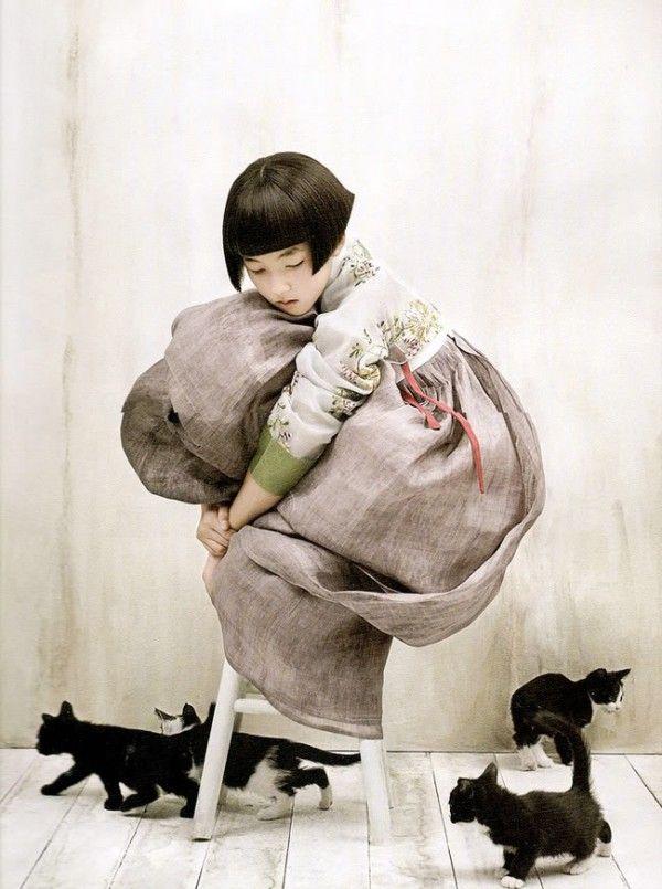 한복 hanbok, Korean traditional clothes: Photo Girl in hanbok with kittens