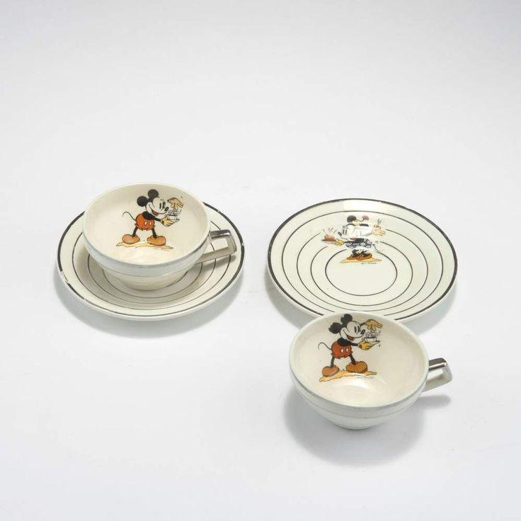 Onnaing, Faiencerie de Zwei Tassen mit Untertellern 'Mickey Mouse', 1930er Jahre H. 4,2 cm. Steing
