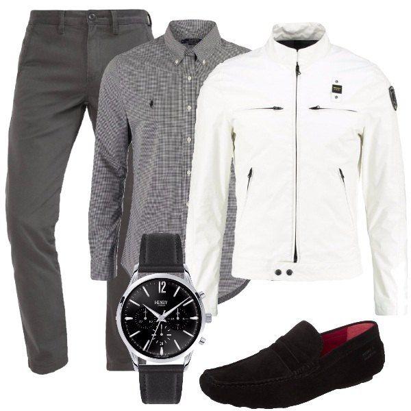 Outfit composto da pantaloni chino in cotone, camicia in cotone bianca e nera, giacca leggera con collo alla coreana, mocassini neri in pelle e orologio in acciaio inossidabile con cinturino in pelle.