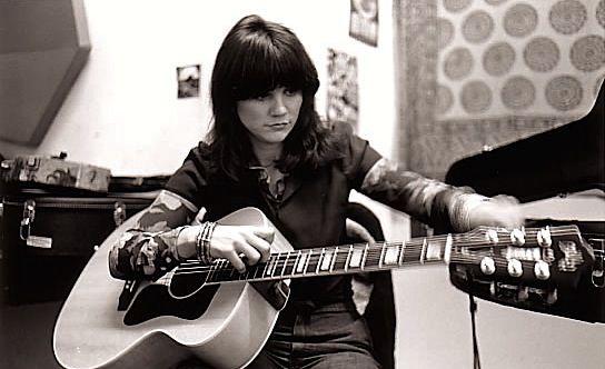 """ジョニ・ミッチェル、リンダ・ロンシュタット、カーリー・サイモン、キャロル・キング、エミルー・ハリス、ボニー・レイット、オリビア・ニュートンジョン、ホイットニー・ヒューストンなどなど。 彼女たちは皆、1970年代のミュージックシーンにおいてその才能を開花させた女性アーティストである。 ──それは1970年8月の出来事だった。 ニューヨークの五番街を1万人の女権運動家たちが「ブラジャーを捨てよ!」と書いたプラカードを持ってデモ行進し、『プレイボーイ』誌の編集長(ヒュー・ヘフナー)が「彼女たちは我々の天敵だ…」と嘆いたという。 それはまさに""""ウイメンズリブ""""の誕生の瞬間だった。 70年代に入って目立つようになってきたその運動は、センセーショナルな騒がれ方とは裏腹に、実は雇用と教育の平等を求める地道な運動でもあった。 ローンというシステムの恩恵のもと50年代まで豊かな中流家庭を営んできた家庭は、60年代に入るとインフレの影響で夫の収入だけでは生活が維持できなくなるようになる。…"""