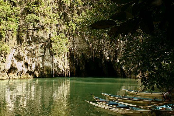 Le Parc national de la rivière souterraine de Puerto Princesa est situé à environ 50 km au nord de la ville de Puerto Princesa, dans la province de Palawan aux Philippines, dans la chaîne de montagnes Saint-Paul, sur la côte nord de l'île.   On y voit beaucoup de stalactites et stalagmites dans plusieurs grandes chambres. Les derniers kilomètres sont influencés par les marées. Le parc est sur la liste du patrimoine mondial de l'UNESCO depuis le 4 décembre 1999.