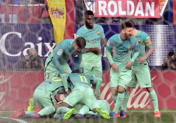 Barcelona players celebrate a goal during the Spanish league football match Club Atletico de Madrid vs FC Barcelona at the Vicente Calderon stadium in Madrid on February 26, 2017. / AFP / GERARD JULIEN
