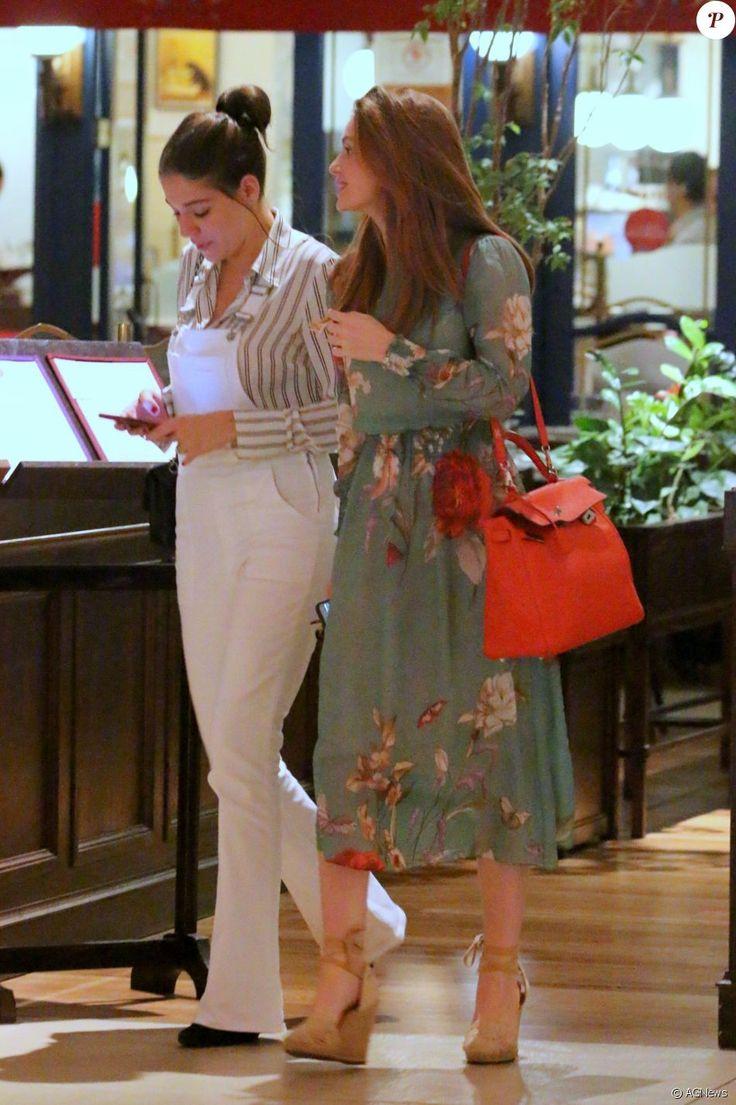 Marina Ruy Barbosa conversa com Luma Costa durante passeio em shopping