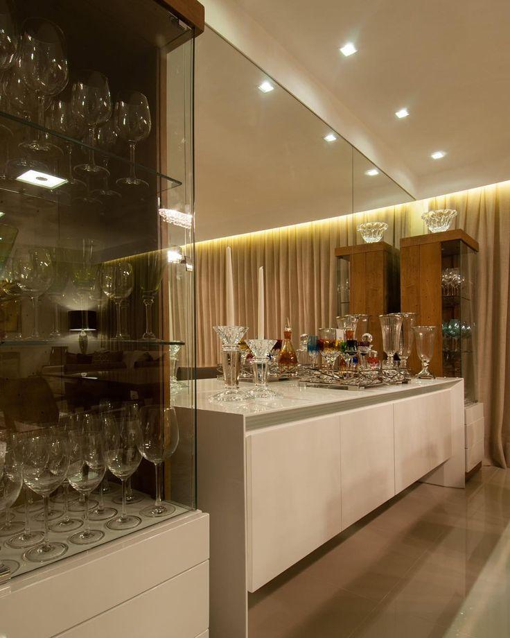 """""""Para a sala de jantar, optamos por uma composição simétrica com duas torres de cristaleira em madeira e branco, e um buffet central. O espelho valoriza e…"""""""