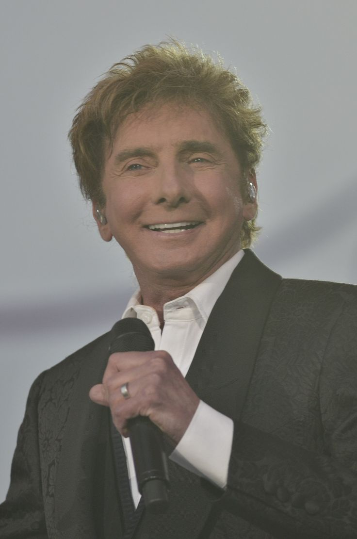 barry manilow getty images | Barry Manilow Rushed to the Hospital, Reschedules Upcoming Concerts ...