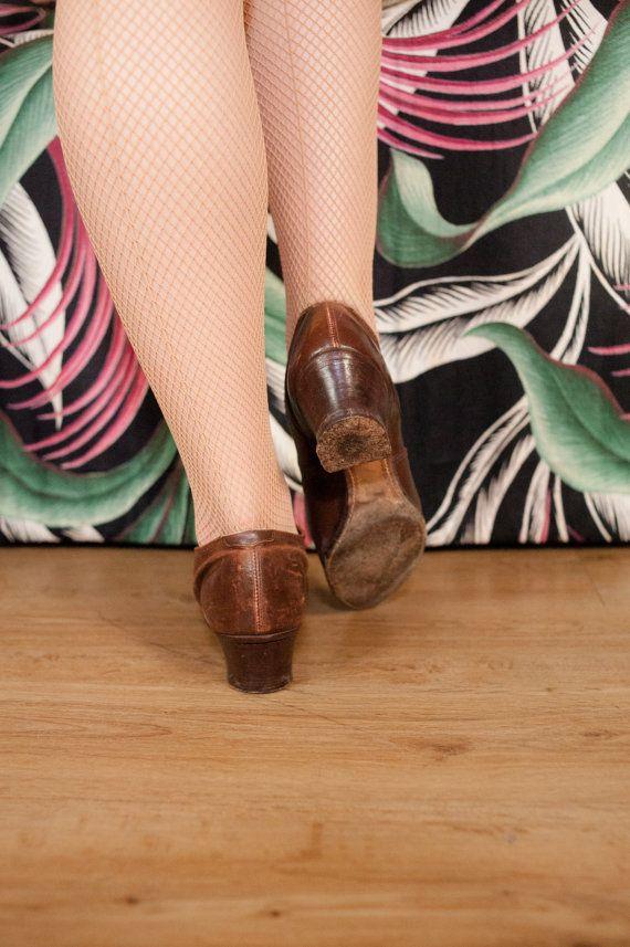 Piel marrón Vintage zapatos de la década de 1920 en un chocolate con leche muy suave. La silueta es aguda como puede ser, con un dedo del pie puntiagudo con patrón perforado. Doble mary jane el botón de las correas en la parte superior. Los tacones de madera apilada y plantas están hechos de cuero.  ✂---Medidas  Marcado de tamaño: ninguno presente  Por favor Nota: estos zapatos miden como un 7.5 NOSOTROS en longitud, pero con la punta del dedo del pie es mejor para un 6.5-7.  Longitud…