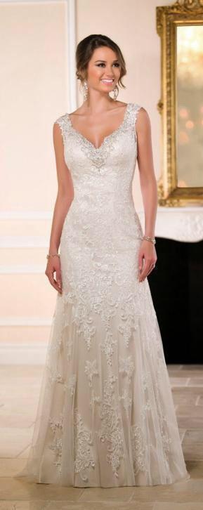 Bruidsjurk van kant met mooie halslijn en half lage open rug