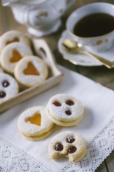 I biscotti tirolesi, li preparo ogni Natale fin da quando ero bambina. Sono deliziosi nella loro semplicità: due dischi friabili farciti con confettura.