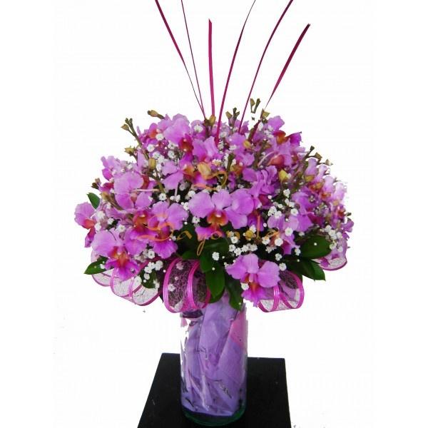 Arreglo compuesto por:             36 Varas de Orquideas, 2 a 3 flores por Vara      Base de Vidrio