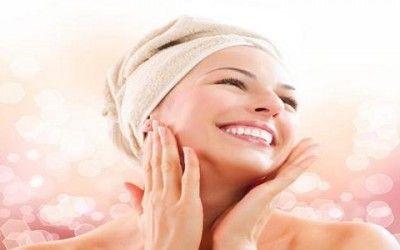 Oggi vedremo come rassodare la pelle sia del viso che del collo con ingredienti naturali. Il trascorrere degli anni e l'aggressione degli agenti atmosferici