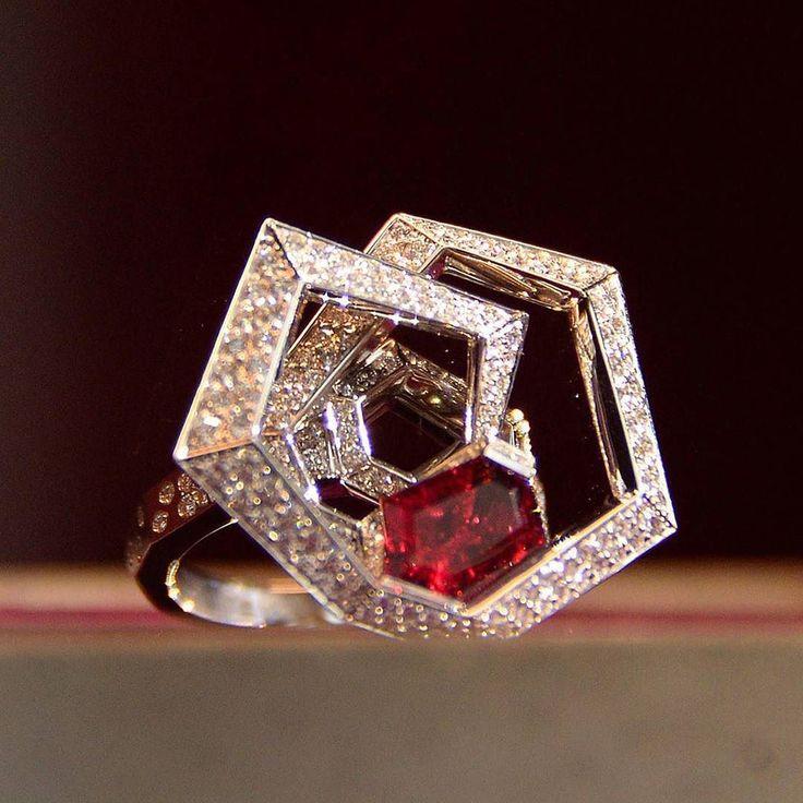 Tourbillon ring by Verger Frères  in platinum with rubellite and white diamonds  Seen in Wagner Preziosen. __________  Sortija Tourbillon de Verger Frères  en platino con rubelita y diamantes blancos  Vista en Wagner Preziosen. __________  #DeJoyaEnJoya #FromJewelToJewel #JewelryBlog #VergerFreres #WagnerPreziosen #InstaRings #tourbillon #VintageJewelry #AntiqueJewelry #anillo #sortija #ring #rubellites #rubelitas #RedGems #InstaDiamonds #Luxury #ClassicAndModern #remolino #gemstones…