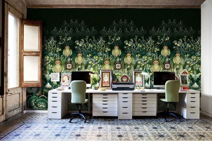 Зеленые обои в интерьере: как придать пространству свежести и 50+ лучших сочетаний http://happymodern.ru/zelenye-oboi-v-interere-55-foto-kak-sdelat-komnatu-uyutnoj/ Сказочные мотивы на черно-зеленых фотообоях домашнего офиса. Состаренные окна и керамическая плитка на полу передают аутентичность стиля