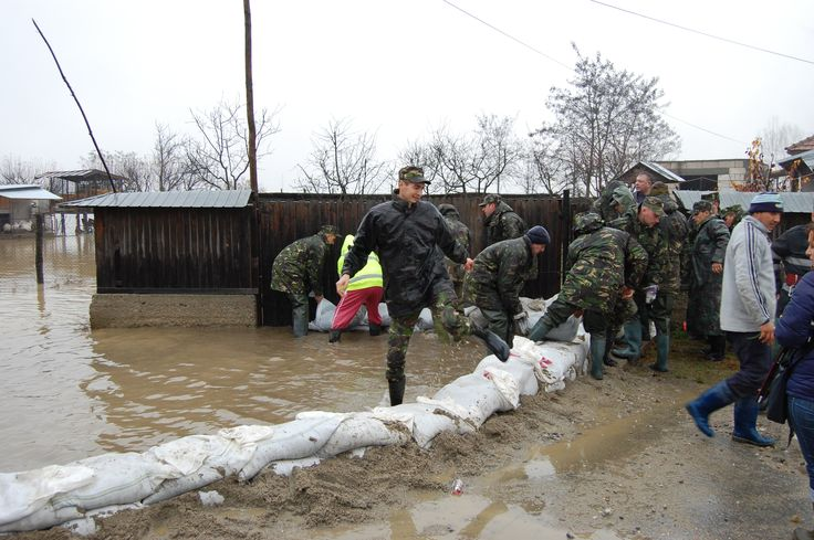 """GENIŞTII VÂLCENI LA DATORIE, ÎN SPRIJININUL POPULAŢIEI • Sprijinirea organelor administraţiei publice centrale şi locale pe timpul situaţiilor de urgenţă, reprezintă una dintre misiunile importante ale Armatei  României iar pe plan local, misiunea revine geniştilor  din Centrul de Instruire pentru Geniu, EOD şi Apărare CBRN """"Panait Donici""""."""