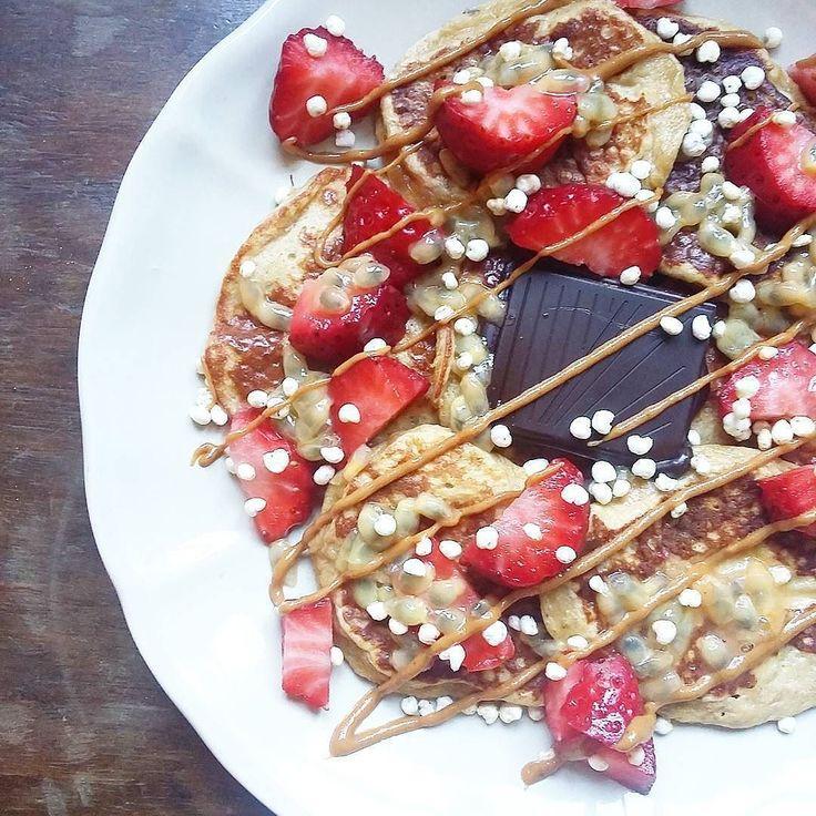 Bom dia! Em equipa que ganha não se mexe: panquecas fruta chocolate e manteiga de amendoim  ( # @anasofia.insta )