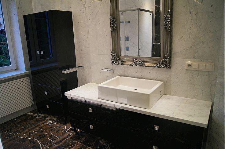 Klasyczny włoski marmur, często wykorzystywany w wystroju łazienek i nie tylko...Krawędzie wykończone dużą fazą.