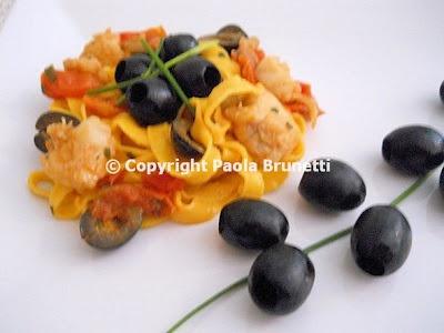 ✿ Primo piatto per la domenica delle palme: tagliatelle con pesce, pomodorini e olive nere ✿