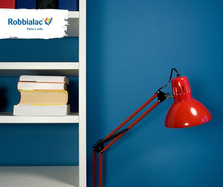 As prateleiras são uma boa alternativa para arrumar objectos com maior utilização. Pinte-as criando contraste com as paredes