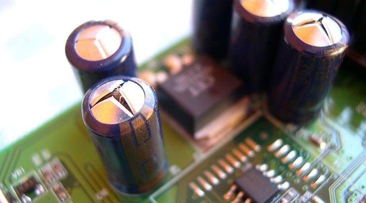 Remplazar capacitores (condensadores) de la placa madre.