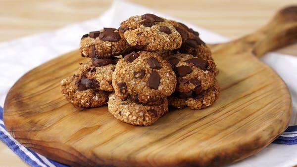 Receita com instruções em vídeo: Cookies são deliciosos e esses com aveia e gotas de chocolate ficam incríveis e super nutritivos. Ingredientes: 2 bananas amassadas, 200g de aveia em flocos, 3 colheres de sopa de mel, 2 colheres de sopa de óleo de coco, 50g de chocolate picado + 30g para finalizar