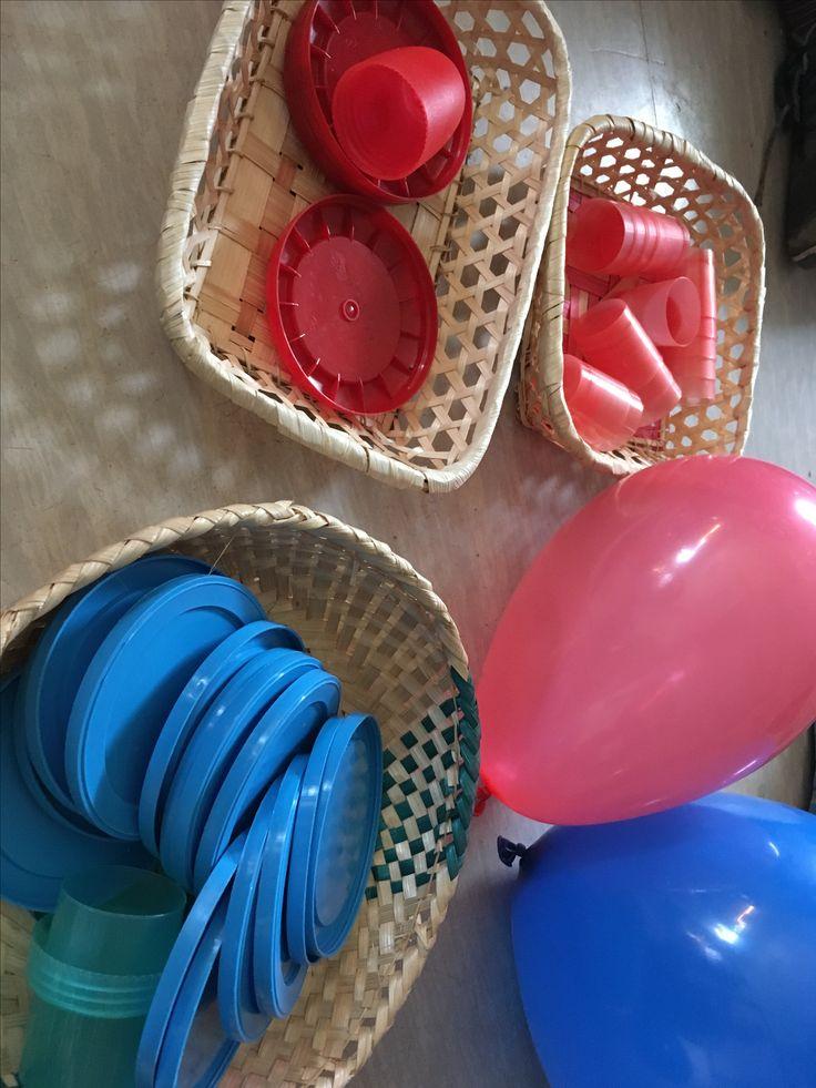 Globus de colors, taps i gots dels colors de la bandera.
