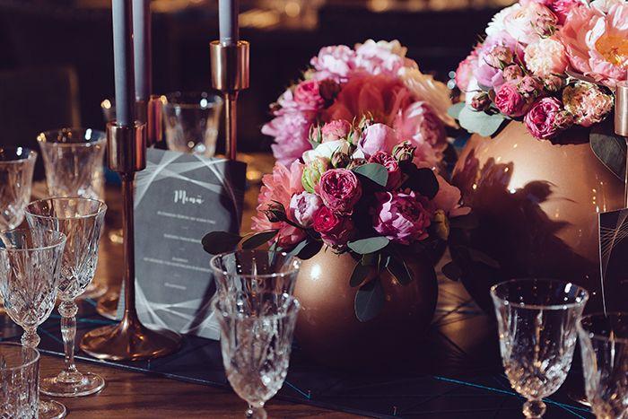Urbane Glamour Hochzeit im Soho House Berlin | Friedatheres.com  tablesetting wedding  Konzept & Planung: Love Circus Fotos: Berlin Weddings Floristik: Floral Artist – Ulrike Buchheim Papeterie: Paper & Soul