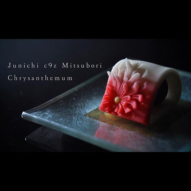 """一日一菓 「袖菊」 煉切 製 wagashi of the day """"Chrysanthemum"""" 本日も針菊です。 針切りシリーズ第5弾です。 振袖のイメージで作ってみました。 明日は都内の勉強会です。 展示品としてシリーズ五種盛り持参しようと思います。 明日の一日一菓は針切シリーズ五種盛りをGSでご紹介します。 #和菓子 #和菓子職人 #一日一菓 #wagashi #japanesesweets #菊 #Chrysanthemum #三堀 #三代目 #japan #sweet #cake #artist #candy #art"""