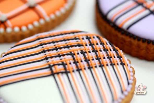 Piping Lines with Royal Icing Tutorial | Sweetopia This looks impossible!!!! But yummy!