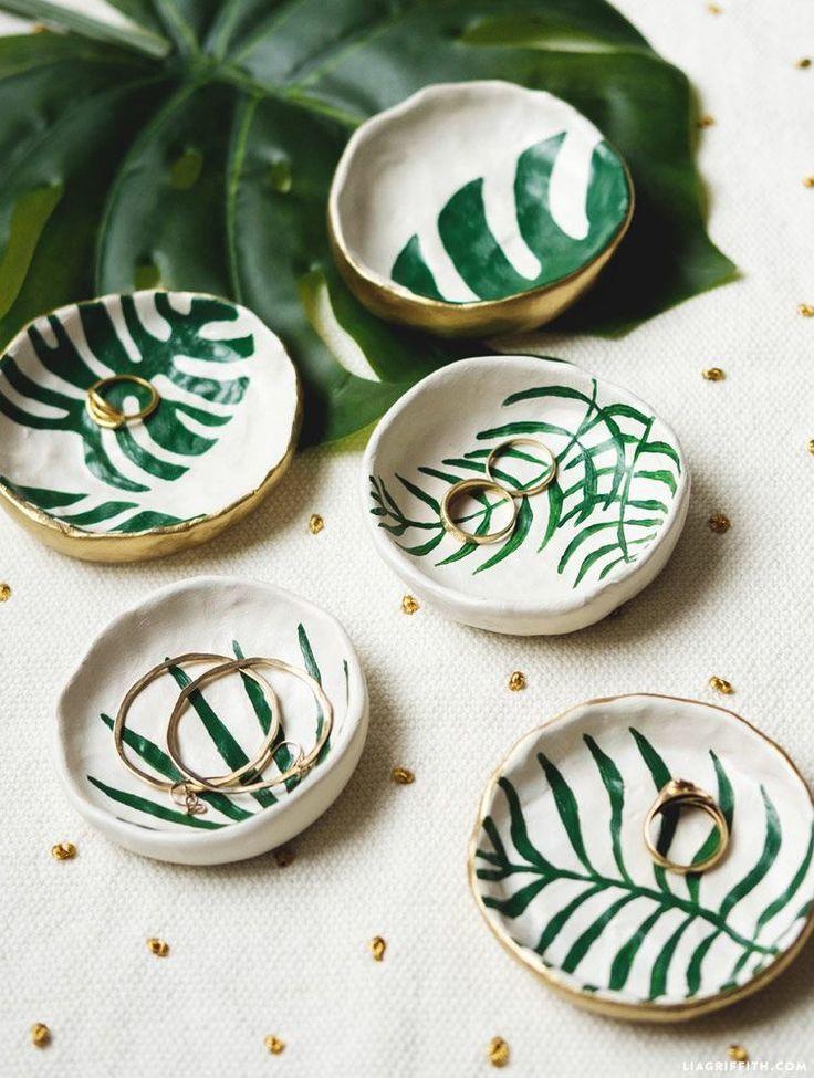 Machen Sie DIY Schmuckschüsseln mit tropischen Blättern