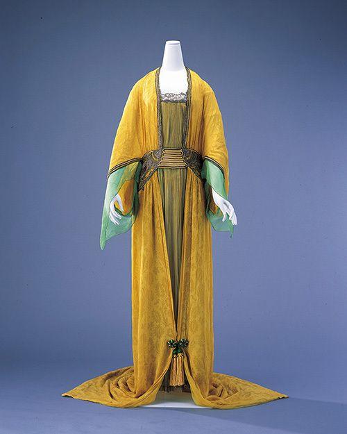 モードとインテリアの20世紀展がパナソニック汐留ミュージアムで開催される。期間は2016年9月17日(土)から11月23日(水・祝)まで。左)ポール・ポワレ ≪イブニング・ドレス≫ 1913...