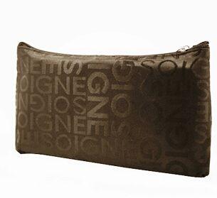 Muodikas ruskea vetoketjullinen pussukka esim. meikkipussiksi, penaaliksi tai pieneksi lompakoksi. Meikkipussin väri tummanruskea, jossa tekstiä.     Koko: 19cm x 11cm