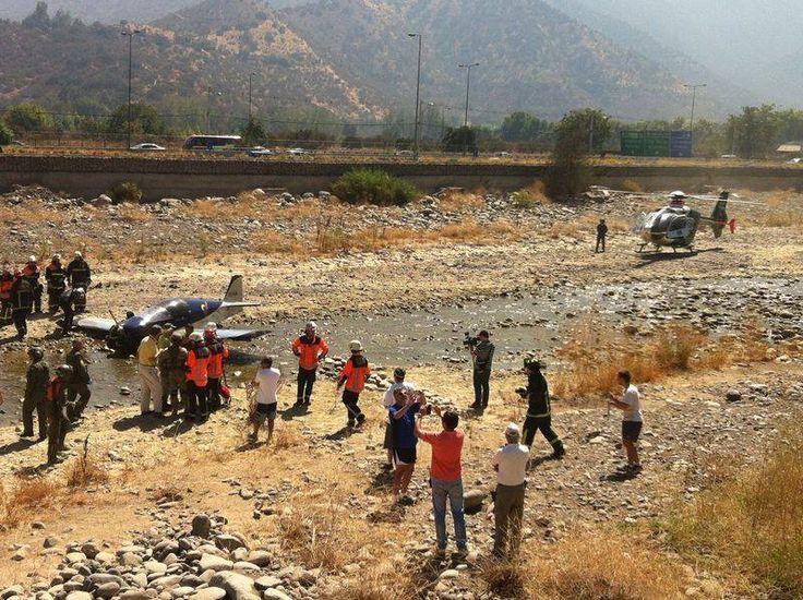 Una avioneta debió realizar un aterrizaje de emergencia en la ribera del Río Mapocho a la altura de Américo Vespucio con la Costanera Norte, en la comuna de Vitacura.