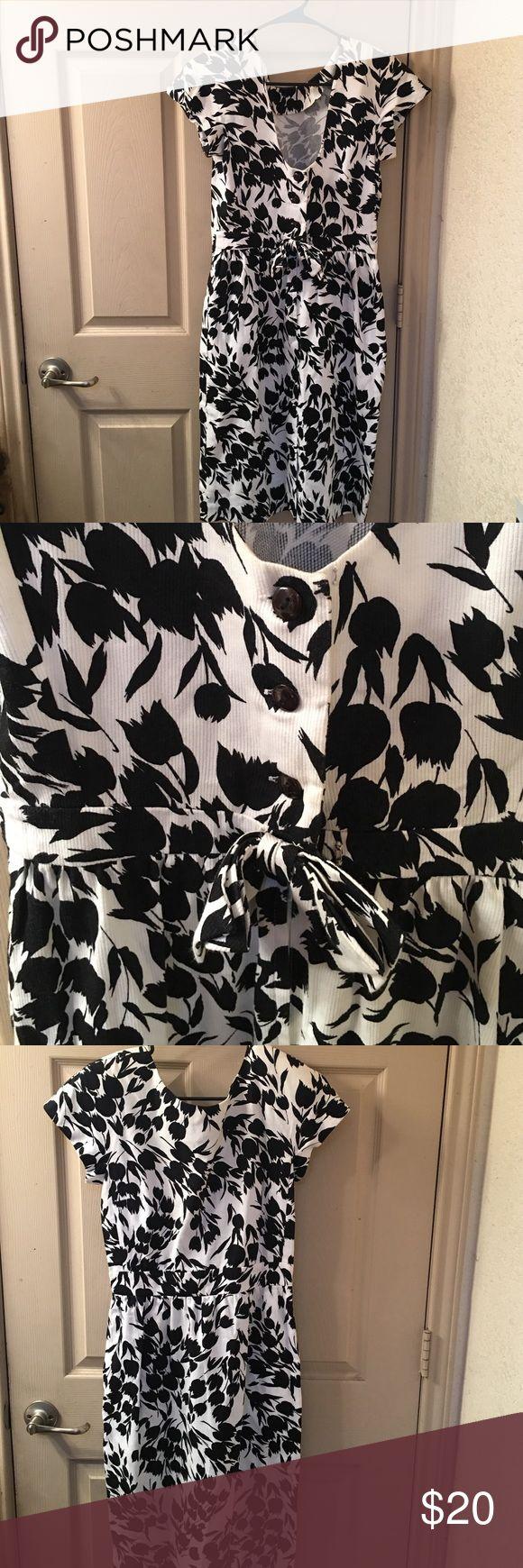Liz Claiborne tulips dress Liz Claiborne dress in black and white tulip dress very cute. Liz Claiborne Dresses