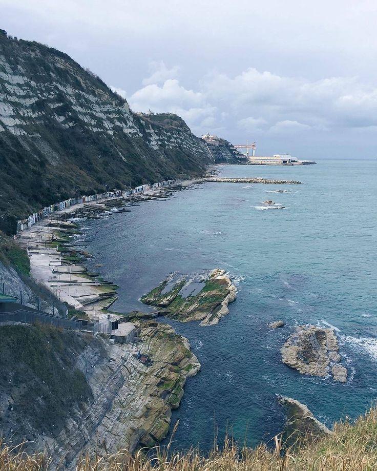 A nord del Passetto si raggiunge la spiaggia della Grotta Azzurra che prende il nome dall'omonima piccola grotta naturale scavata della onde sulla roccia.  Credits @emidiapason  Tagga le tue foto #enjoytheblue e #ilmareovunque per darci l'opportunità di condividere le tue foto nella nostra gallery by bluewago