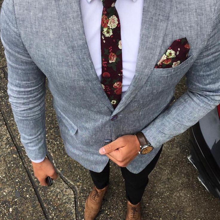 Men's classy style. Floral tie and grey blazer. [Mens fashion] #fashion // #men // #mensfashion