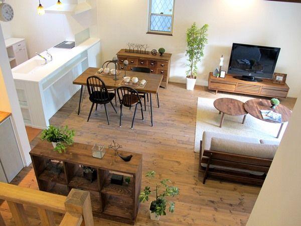 パイン材の床をウォールナット色に塗装した内装にヴィンテージ感のある家具とウォールナット材の家具をミックスしたコーディネート