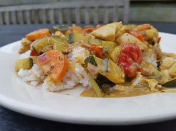 Een heerlijk koolhydraatarm hoofdgerecht, koolhydraatarme groene curry. Je kan zelf met het recept experimenteren door meer of minder currypasta toe te voegen. Voeg het per eetlepel toe en proef of het pittig genoeg is.