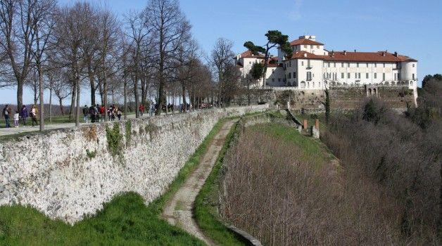"""""""Curiosando dietro porte chiuse"""" al Castello di Masino: percorso notturno tra locali chiusi al pubblico e passaggi segreti, arricchito da un gustoso aperitivo"""