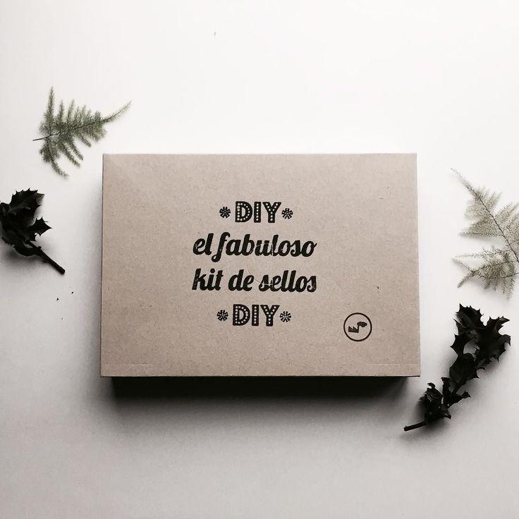 """Muy pronto con ustedes y en la tienda on-line nuevo packaging del kit de Carvado Premium el hermano mayor de nuestro Imprescindible Kit de Carvado de Selllos """"El Fabuloso Kit de Sellos""""lleva tres tintas textiles bases de madera bolsa algodón de comercio justo planchas para Caravar y un juego de gubias mas instrucciones y patrones de sellos para repetición textil  y por supuesto esta estampado a mano con sellos! #Diykit #kit #handprinted #hazlotumismo #kitcarvado #estampacionmanual…"""