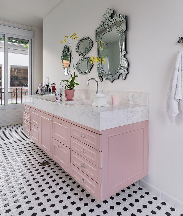 Os espelhos venezianos já pertenciam à dona e vieram para o banheiro, dando ainda mais charme à pia com armários em rosa claro. #bathroom #banheiro #decoração