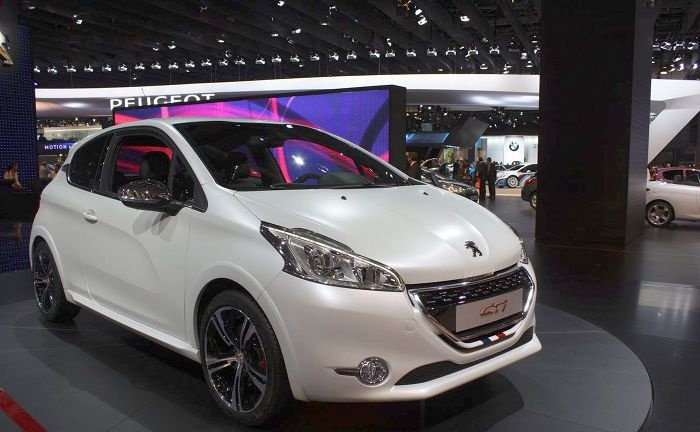 New Peugeot 208 GTI which was presented at the Paris show with a total of 200 horses. The new Peugeot 208 GTi is equipped with a new chrome appearance
