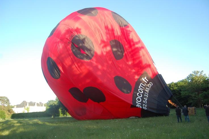 La #montgolfière est gonflée ! RDV dans le ciel, au dessus du #chateau de Chambiers ! #anjou  http://www.chateauchambiers.com/home/localisation-itineraires-maison-hotes-durtal-angers/