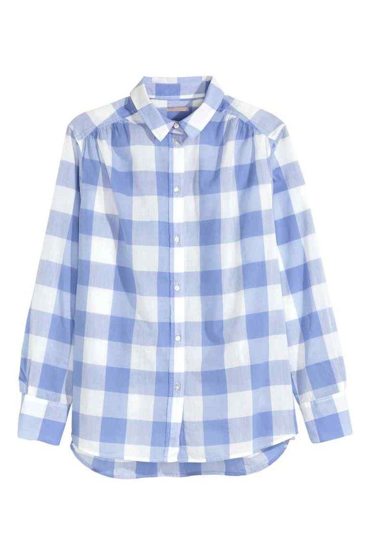 H&M+ Camicia in cotone: Camicia in leggero tessuto di cotone. Linea morbida, arricciature sulle spalle, ampio sprone dietro. Maniche lunghe e bottoni madreperlati. Linea arrotondata in basso e leggermente più lunga dietro.