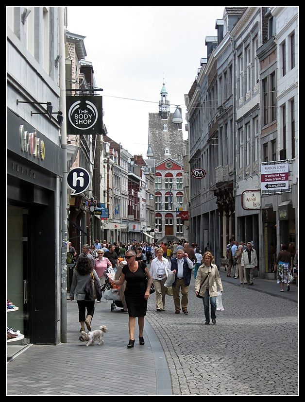 Groete Staat, high street in Maastricht