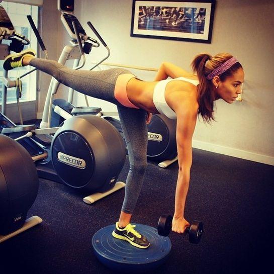 La série de squats de Joan Smalls http://www.vogue.fr/mode/mannequins/diaporama/la-semaine-des-tops-sur-instagram-24/18344/image/993744#!joan-smalls