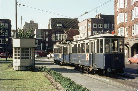 Mercatorplein 1967, met het eindpunt van lijn 7 en het karakteristieke wachthuisje voor de bestuurders en conducteurs. .  Foto: Beeldbank van het Stadsarchief van de gemeente Amsterdam.