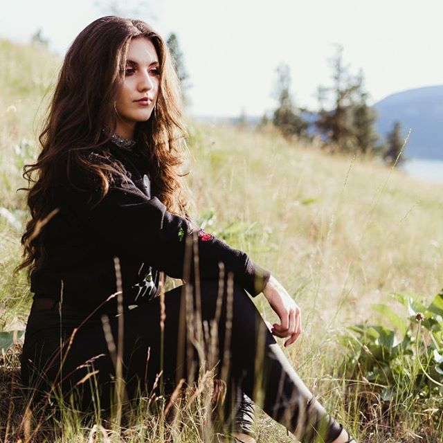 Brianne Bennett Collection  Model @tia_rosehw   Photography @danielleserres   Hair @hair.by.amandajess   Make Up and Style @briannebennettstyle @beccacosmetics @hourglasscosmetics   #hairfordays #sun #feild #outdoors #kelowna #style