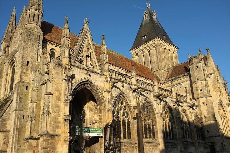 Eglise St-Gervais de Falaise - Calvados  Une église gothique au coeur de la ville qui a conservé quelques éléments d'architecture romane.