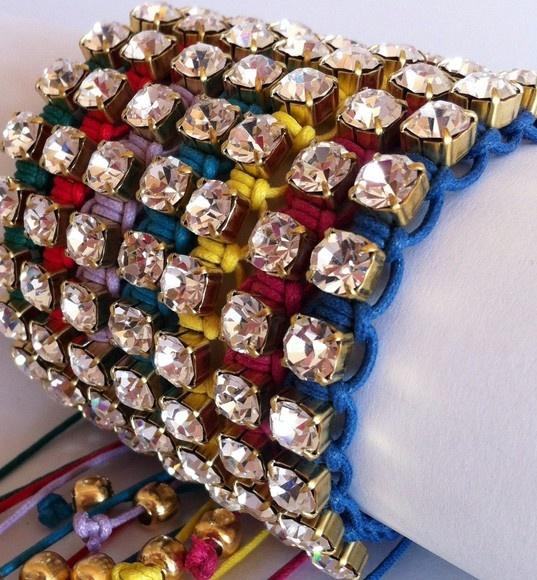 Pulseira em strass trabalhada em macramê, disponível nas cores: azul, vermelha, verde, amarela, lilás, pink e turquesa. Acabamentos em dourado. O preço unitário é R$ 30, mas o par sai por R$ 40 e o trio sai por R$ 60, na combinação de cores que você escolher entre as disponíveis. R$30,00