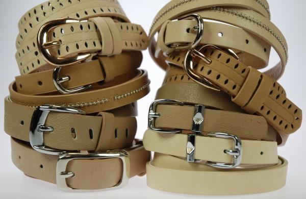 Lote de 12 cinturones EN COLOR BEIG, surtidos de MODELOS y tallas. Ancho entre 1,5 y 3 cm. Composición: PU. Precio unitario: 2 €.