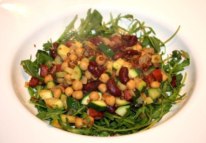 Warme salade met bonen, chorizo en rucola